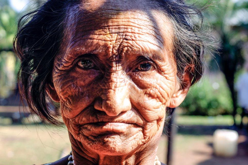 """Muchos de los guaraníes se han visto forzados a vivir en reservas sobresaturadas. """"En la de Dourados, por ejemplo, 12.000 guaraníes viven en poco más de 3.000 hectáreas"""", según Survival. El confinamiento en estas pequeñas áreas trae consigo violencia familiar, alcoholismo, falta de liderazgo, suicidios y pobreza. En la foto, retrato de mujer guaraní en una aldea de Caarapó."""