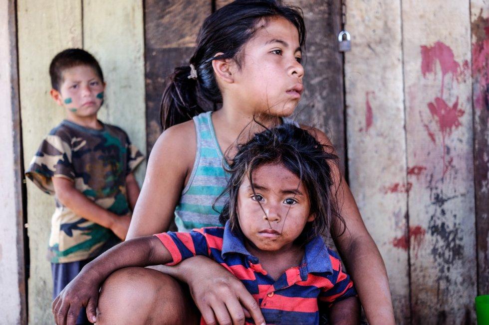 La destrucción de los bosques ha imposibilitado además la caza o la pesca, y disponen de tan poca tierra que casi no es posible el cultivo. Desde 2005, al menos 53 niños guaraní han muerto de malnutrición.