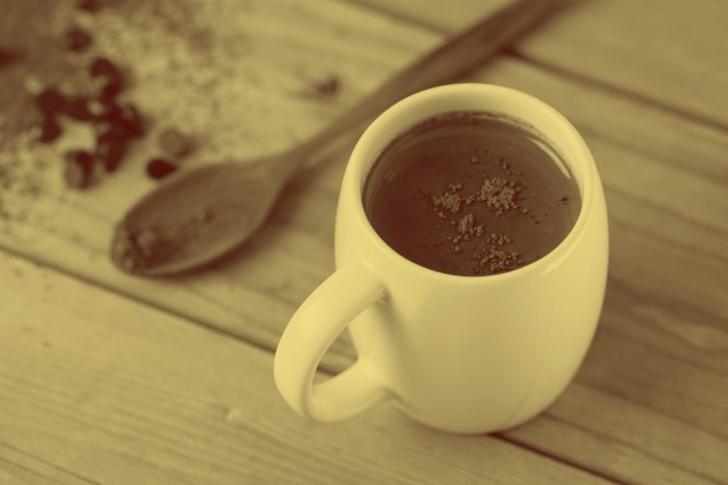 """Cada colher de sopa de achocolatado contém 2,8 gramas de açúcar e 250 ml de leite semidesnatado contém 12 gramas. """"O achocolatado solúvel tem entre 70 e 76% de açúcar, o que significa que o que você está ingerindo não é chocolate, mas açúcar com sabor de chocolate"""", explica o nutricionista espanhol Juan Revenga. E não é só isso. O teor de fosfato também é um dos aspectos mais controvertidos: estudos como este, do Centro de Nefrologia de Heidelberg (Alemanha), relaciona o consumo abusivo de achocolatados com riscos para a saúde, tais como a insuficiência renal."""