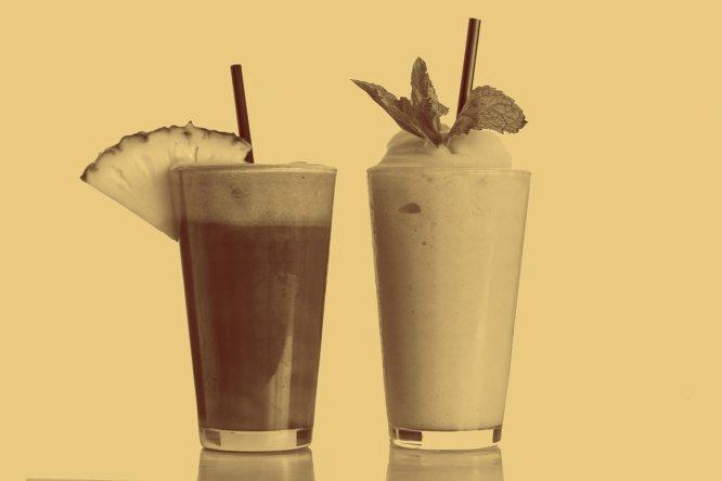 250 ml de 'smoothie': 62,5 gramas Tem fama de saudável, mas esta bebida cremosa feita com polpa de fruta misturada com leite, gelo ou sorvete pode ser uma bomba nutricional. Um estudo recém-publicado pela LiveLighter revelou que tais produtos contêm mais calorias do que um hambúrguer e mais açúcar do que um refrigerante de cola. Ingerimos uma grande concentração de frutose de uma só vez, além do açúcar de outros ingredientes como leite ou iogurte. E isso vale só para os feitos em casa, pois os industrializados podem ser ainda piores: o jornal NY Times alertou especialmente sobre um chamado The Hulk Strawberry (ao qual pertence a quantidade de açúcar da referência. É vendido em embalagens de cerca de meio litro, o que significa 125 gramas de açúcar), que aporta a colossal quantidade de 1.000 calorias, o equivalente a dois 'Big Mac'.