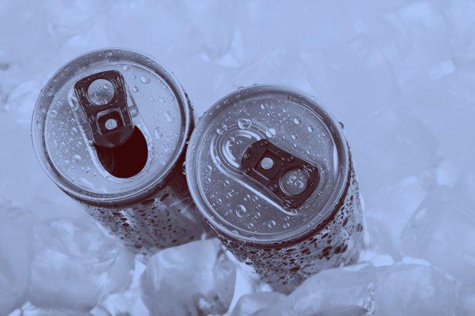 """Um estudo realizado pela Universidade de Bonn mostrou que seu consumo de curto prazo afeta a saúde do coração. """"A cafeína que contém pode causar irritabilidade, agitação, insônia, ansiedade ou problemas gastrointestinais, que podem ser mais agudos em crianças e adolescentes"""", diz um dos especialistas ouvidos pelo EL PAÍS. Uma sondagem realizada pela Autoridade Europeia para a Segurança dos Alimentos (EFSA) revelou que 18% das crianças entre 3 e 10 anos, tomam habitualmente esse tipo de bebida."""