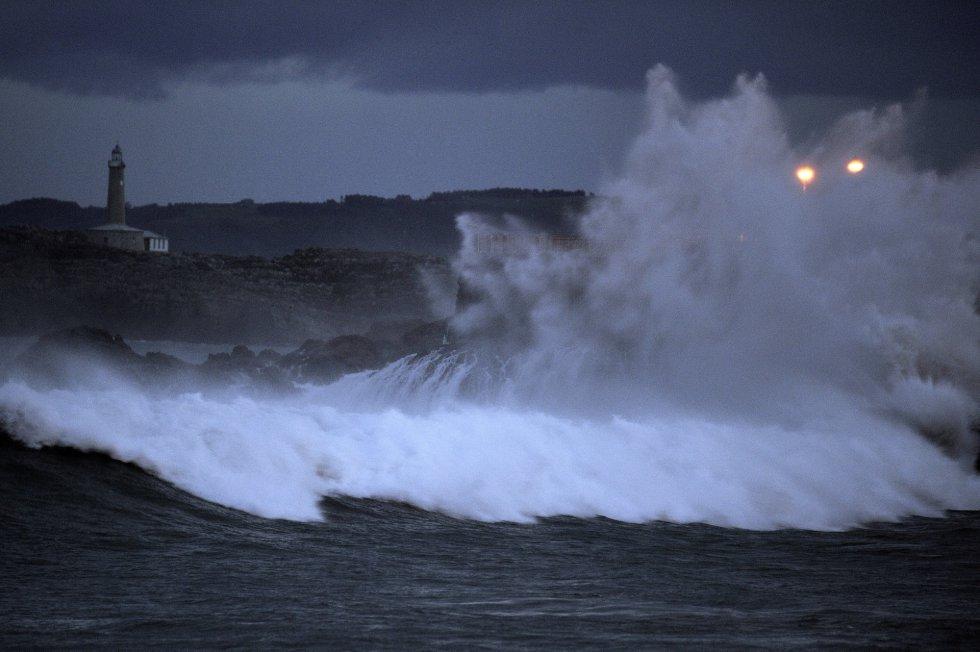 Una ola rompe en la península de la Magdalena de Santander, donde las alertas por temporal costero y viento fuerte continuarán activas durante el fin de semana.