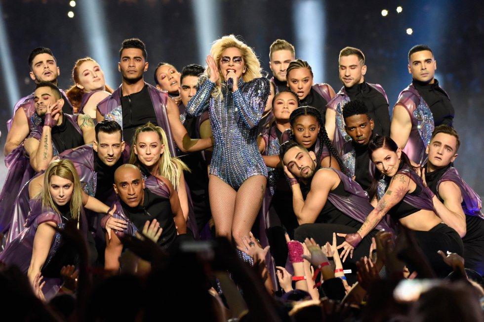 Lady Gaga no incluyó grandes gestos contra el presidente de EEUU, Donald Trump, pero sí mensajes patrióticos y sutiles referencias a la integración de grupos como los homosexuales, los afroamericanos o los latinos.