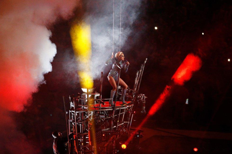 Lady Gaga en un momento de su actuación en la Super Bowl.