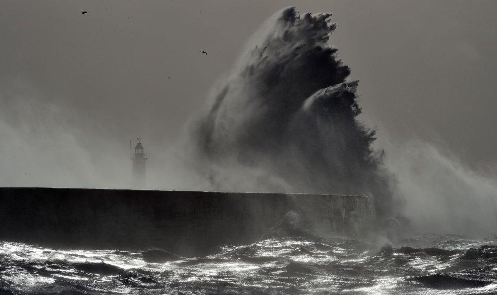 Una ola impacta contra el faro de Newhaven en la costa sur de Inglaterra, mientras la tormenta Doris golpea al país.