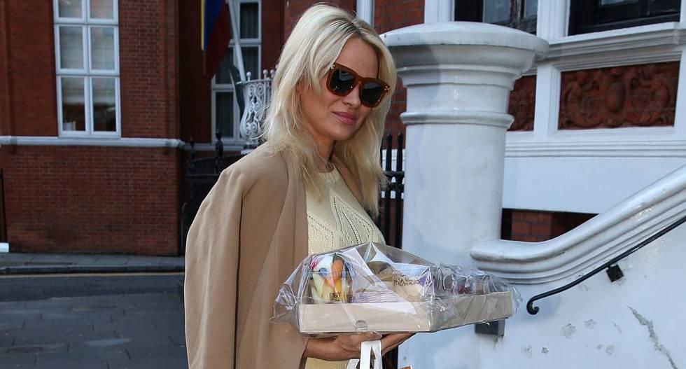 Pamela Anderson insinúa que tiene un romance con Julian Assange