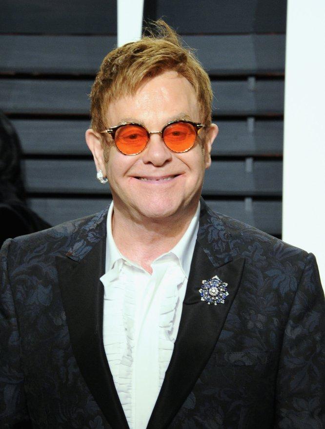 El cantante Elton John con sus inseparables gafas de sol.