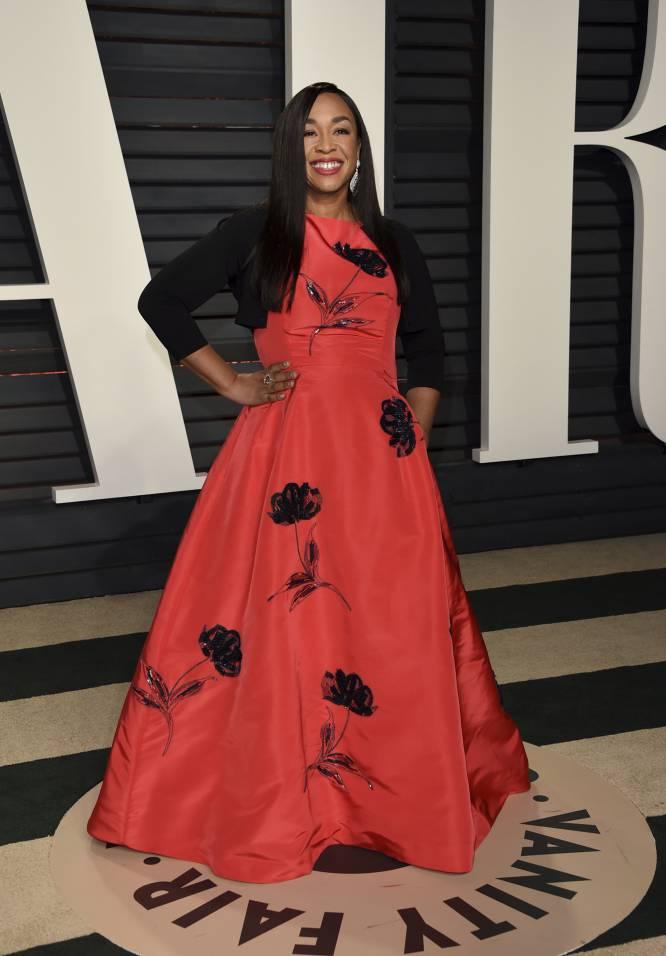 Rhonda Rhimes, la creadora de 'Anatomía de Grey', puso la nota de color a la noche con este vestido rojo con flores en 'paillettes'.