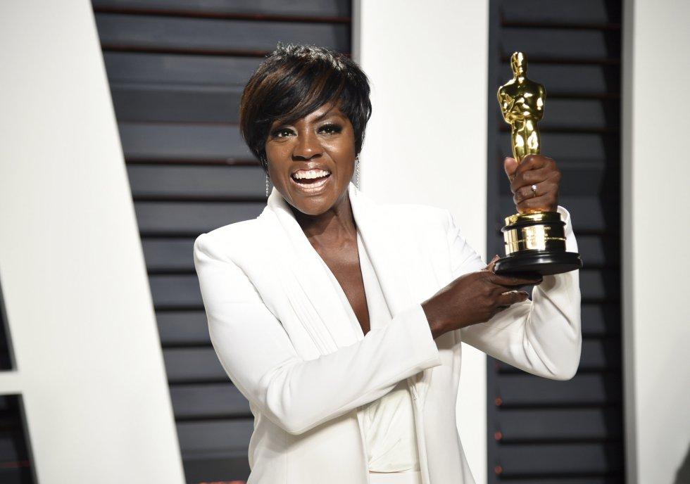 Viola Davis se cambió del rojo, con el que recibió el Oscar a Mejor Actriz Secundaria, al blanco para disfrutar del 'after party' de los premios del cine.