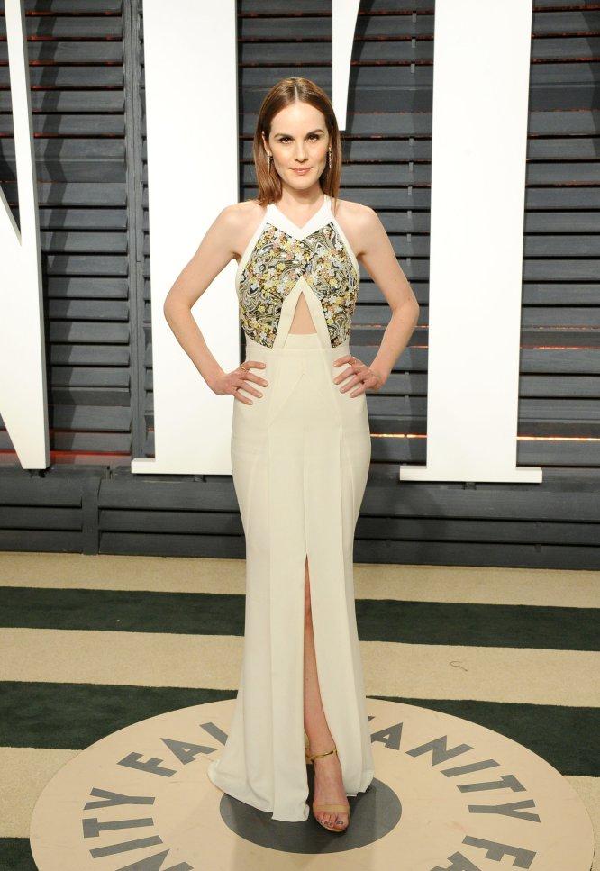 La actriz de 'Downton Abbey' Michelle Dockery eligió este diseño con corte de sirena en blanco y con flores realizadas en 'paillettes' en el pecho.