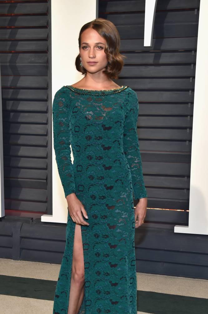 La actriz Alicia Vikander con un vestido de encaje de color turquesa.
