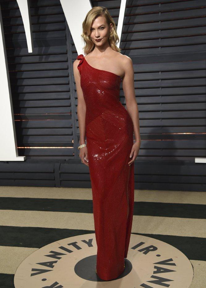La modelo Karlie Kloss brilló con este vestido de escote asimétrico.