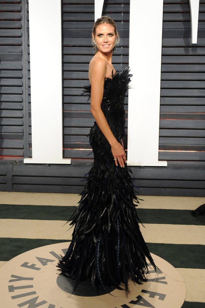 Heidi Klum eligió un vestido negro, decorado con plumas, de corte sirena.