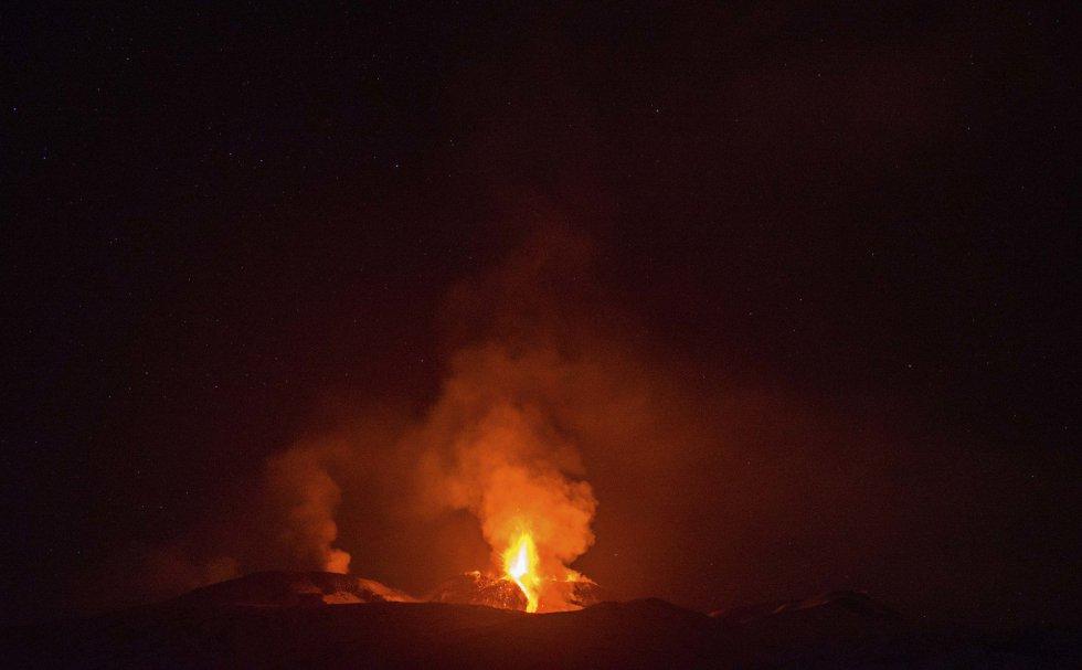 El volcán Etna, el volcán más activo de Europa, expulsa lava durante una erupción, cerca de la ciudad siciliana de Catania, (Italia).