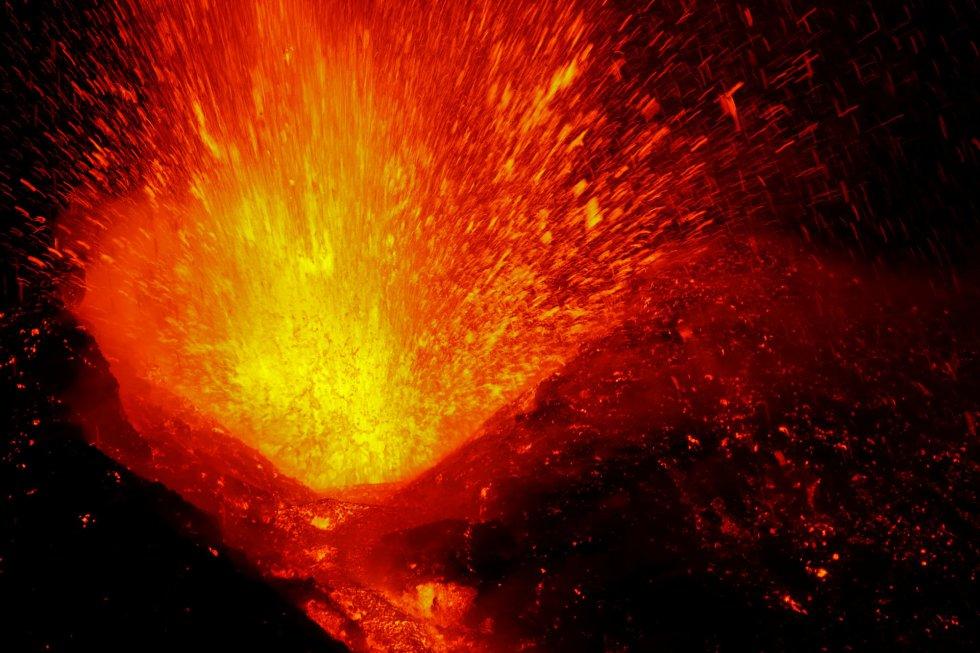 El volcán siciliano Etna, el más grande de Europa, ha entrado en erupción, según ha informado el Instituto Nacional de Geofísica y Vulcanología (INGV) de Italia, que comenzó a detectar un incremento de su actividad el pasado 27 de febrero, aunque ha señalado que no presenta riesgos para la población.