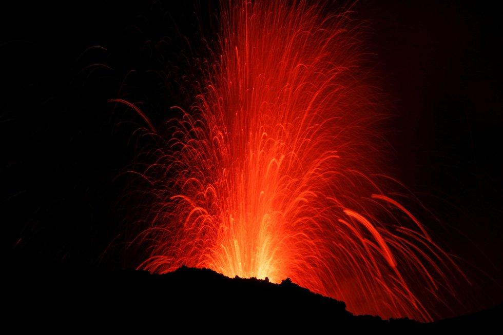 El 27 de febrero, el Etna aumentó su actividad volcánica, y hacia el final del día entró en erupción al expulsar ceniza desde el cráter situado en el flanco noreste, según informó el Observatorio Meteorológico.
