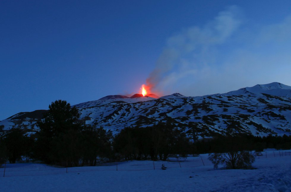 Respecto al temblor volcánico, después del repentino incremento de su amplitud media, que se inició en torno a las 17.00 horas del pasado 28 de febrero, está más o menos estabilizada en valores elevados desde las 19.00 horas en adelante; registrando máximos entre las 22 y las 24 horas de dicho día.