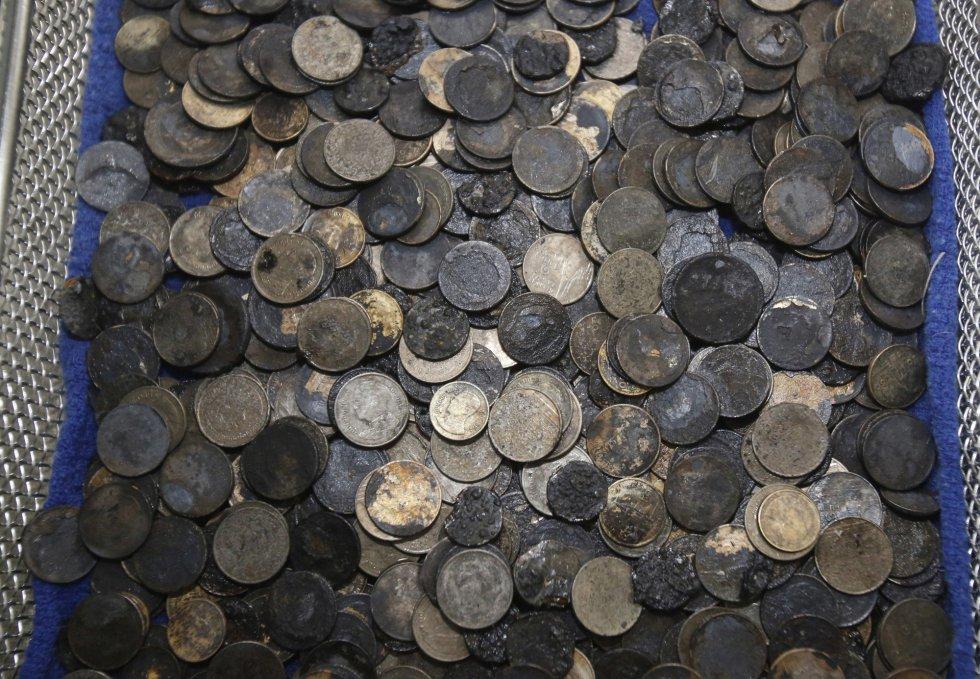 Estado de las monedas extraídas del cuerpo de la tortuga tras la operación.
