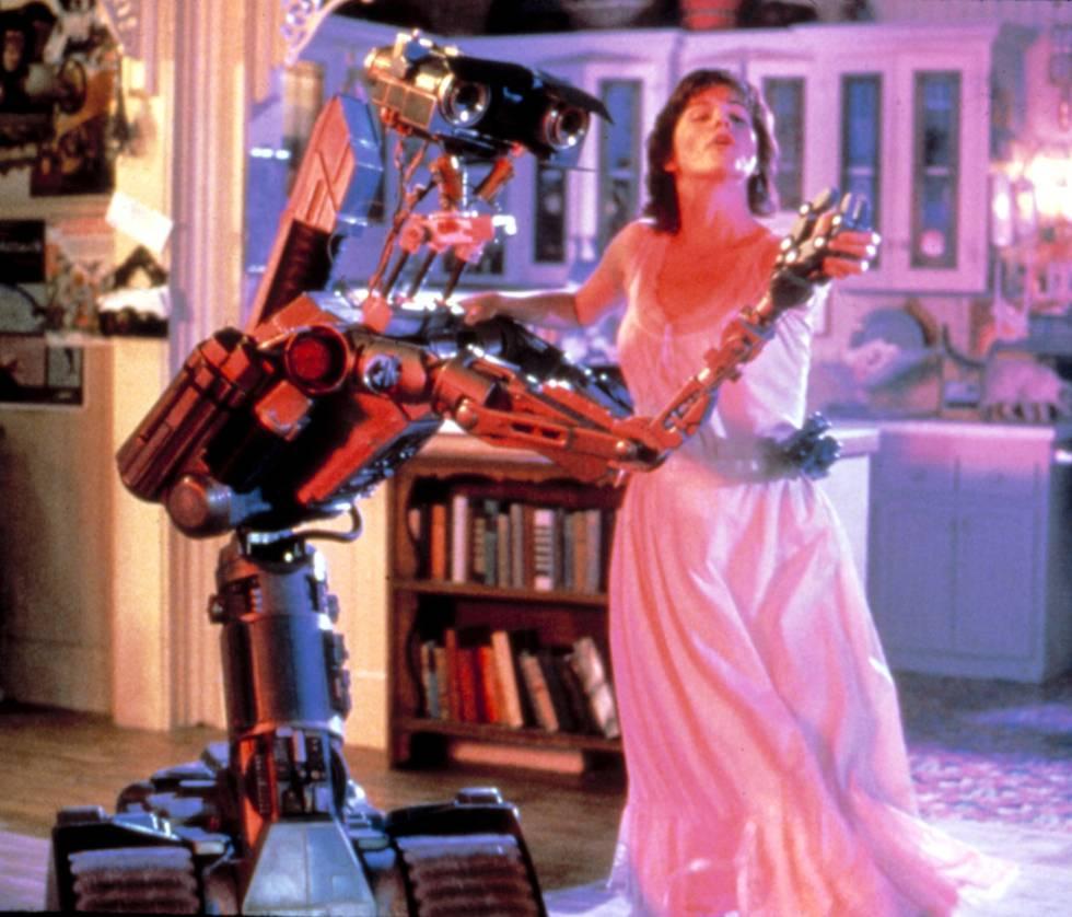 Johnny 5 es un robot con cara de simpático y despistado. Pero de hecho el centro de la trama de esta película ochentera es que Johnny 5 se ha escapado de la base militar donde ha sido creado. Es un robot para la guerra, como los que Boston Dynamics desarrolla para el ejército de Estados Unidos. Pero Johnny ha salido pacifista: prefiere bailar a disparar.