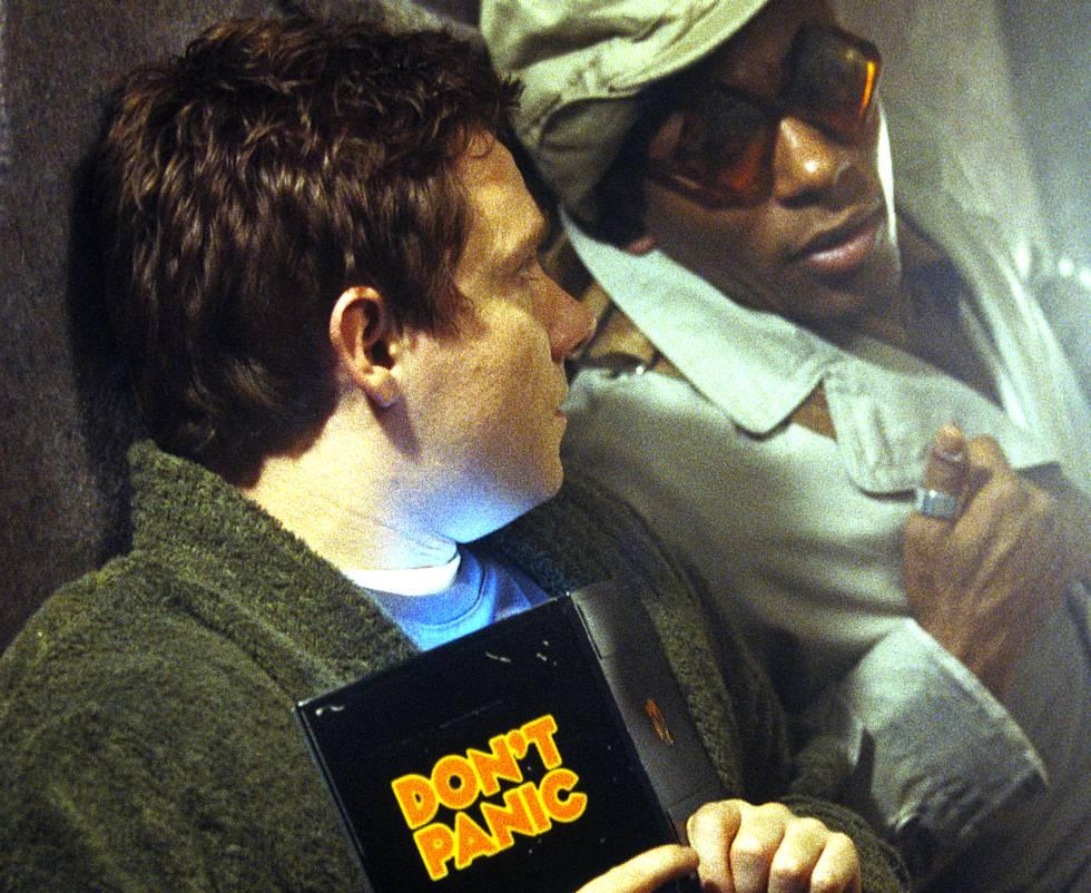 """La Guía del Autoestopista Galáctico es una comedia basada en el libro y programa de radio homónimos de Douglas Adams, de finales de los 70. La película introduce a un venerado superordenador que parece tener respuesta incluso a la pregunta existencial definitiva ( aunque sea un número, como Google ha confirmado ) y un androide depresivo muy del gusto de Radiohead. La guía para entender """"la vida, el universo, y todo"""", es una herramienta de consulta virtual permanentemente actualizada en la que puedes encontrar prácticamente cualquier cosa. Como la Wikipedia. La enciclopedia creada por Jimmy Wales nació en 2001, y hoy en día es una de las principales fuentes de información de prácticamente cualquier persona."""