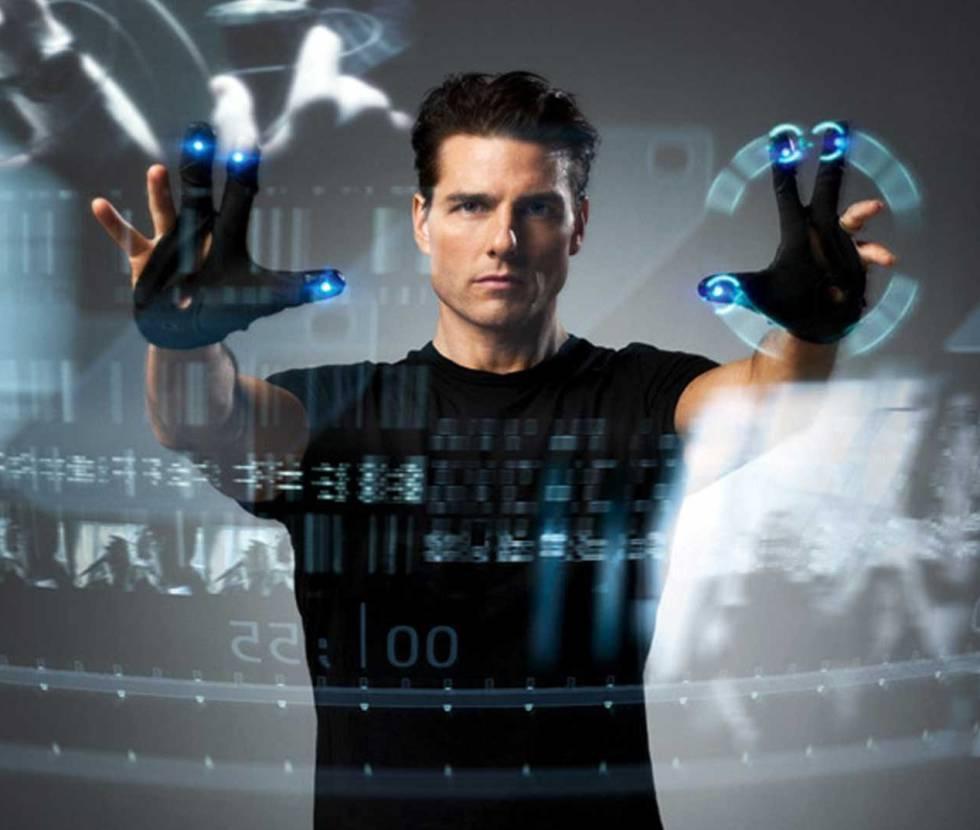 Spielberg ha anticipado el futuro muchas veces. Pero en Minority Report se lo tomó muy en serio. Contrató a 15 expertos en ciencia y tecnología para que le contasen cómo sería el mundo en el año 2054. De ahí salen por ejemplo las ideas de la publicidad personalizada o la imagen de Tom Cruise manejando una pantalla con sus manos. Muchos entienden que aquello encendió la mecha de las pantallas táctiles. En 2010, John Underkoffler, uno de aquellos 15 expertos, presentó en TED un prototipo real de aquella tecnología gestual, en la que también trabaja, por ejemplo, Google.