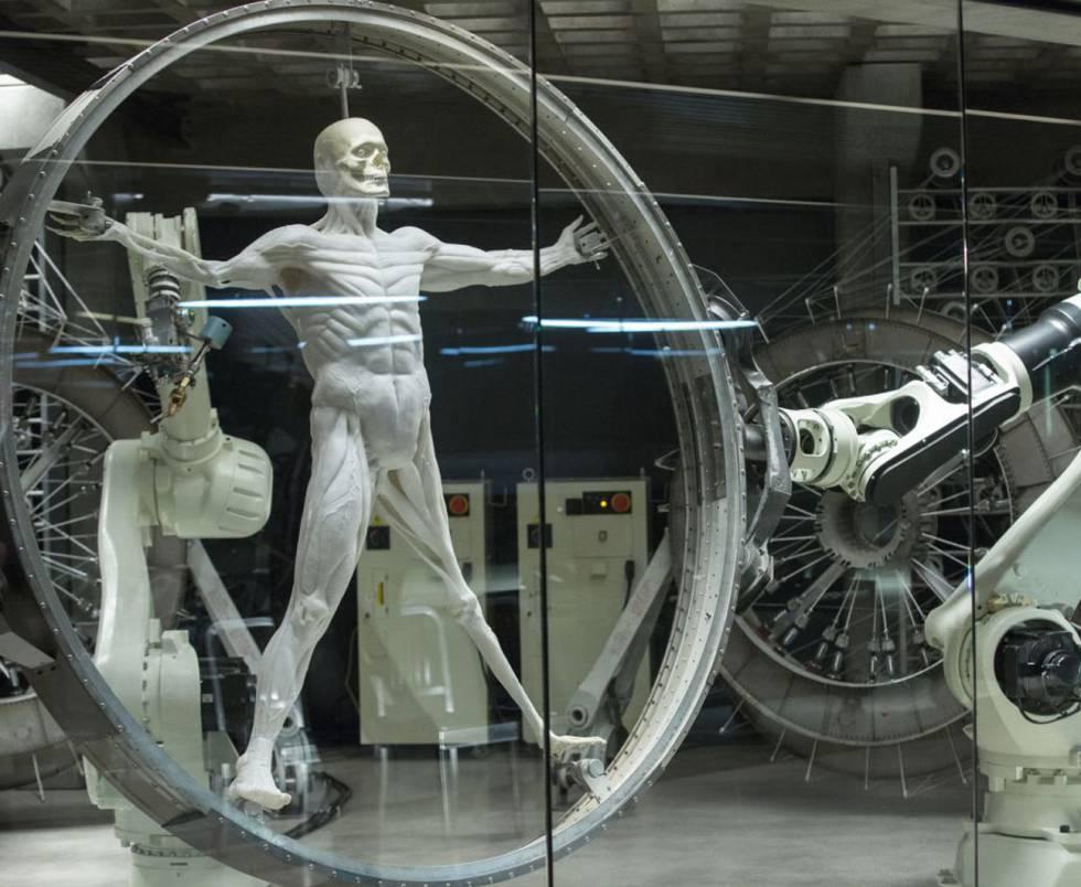 La última joya de HBO (basada en una película de 1973) imagina un parque temático en el que todo es posible y en el que los robots son tan reales que nunca tendrás claro si lo que tienes delante es un androide o un ser humano (aunque creas que lo tienes claro, y hasta aquí podemos leer para no hacer spoilers ). La obsesión del señor Ford, magníficamente interpretado por Anthony Hopkins, por crear el robot más humano posible, se parece mucho a la de Iroshi Ishiguro , director del Laboratorio de Robótica Inteligente de Japón, que crea réplicas robóticas de sí mismo.