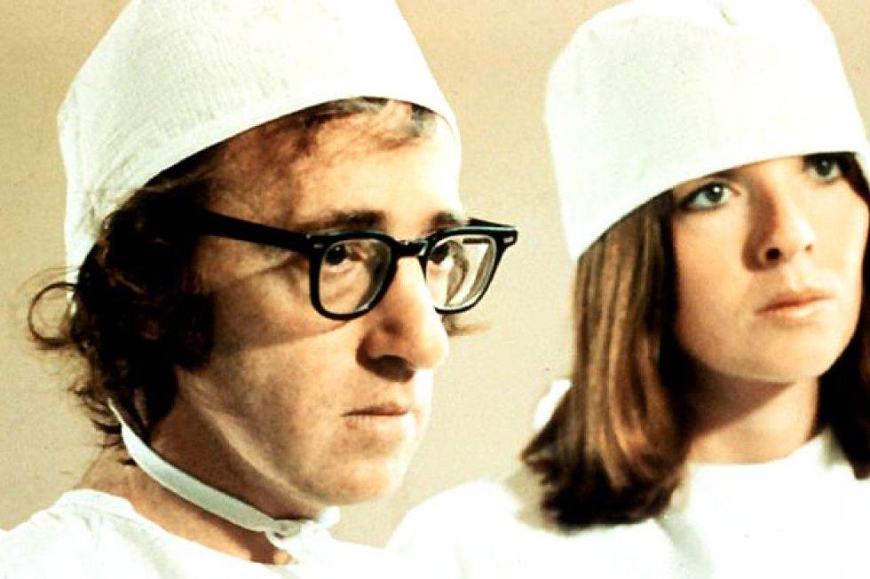 La quinta película dirigida por Woody Allen es una de las más aclamadas de la primera parte de su filmografía, y un homenaje a los maestros de la comedia que le precedieron. Probablemente nunca hemos visto a Allen tartamudear más, y ya es decir. En un momento de la cinta el personaje de Allen (revivido en el siglo XXII), tiene que realizar una operación quirúrgica: recrear un humano a partir de una nariz. Tiene la ayuda de Diane Keaton y de un robot cirujano, pero ni por esas consigue completar la tarea. El robot es una versión libre de lo que estamos empezando a ver en los quirófanos.