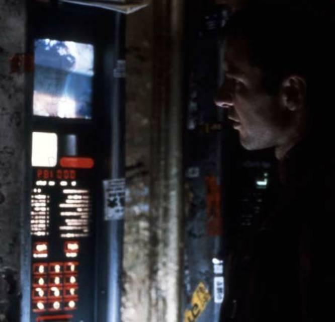 La mítica película de Ridley Scott adaptando el ¿Sueñan los androides con ovejas eléctricas? de Philip K. Dick nos transporta al Los Ángeles de 2019, que hace 35 años quedaba muy lejos. Allí hay replicantes, por supuesto, pero también una visión de la ciudad y la sociedad que auguraba un auge brutal del consumismo. En mitad de esa megalópolis superpoblada y sombría, Deckard (Harrison Ford) decide hacer una videollamada desde una cabina. Un proyecto de Google ya permite hacer lo propio en Nueva York .