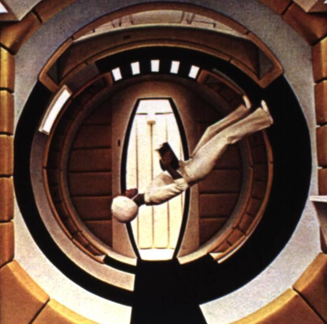 La ciencia ficción ha demostrado ser una ventana al futuro. Numerosos autores han vislumbrado logros que parecían imposibles en su época y que el ser humano ha sido capaz de realizar muchos años después. Julio Verne, Isaac Asimov o H. G. Welles son solo algunos ejemplos de escritores que profetizaron grandes adelantos tecnológicos como la llegada del hombre a la Luna. Su testigo lo han recogido el cine y las series, muchas veces con obras inspiradas en la literatura. En 2001: Odisea en el espacio , en la imagen, Kubrick realiza el ejemplo perfecto: tabletas, pantallas táctiles o una superinteligencia artificial son algunas de sus profecías. Así se han predicho los avances del mundo digital que ya están aquí.