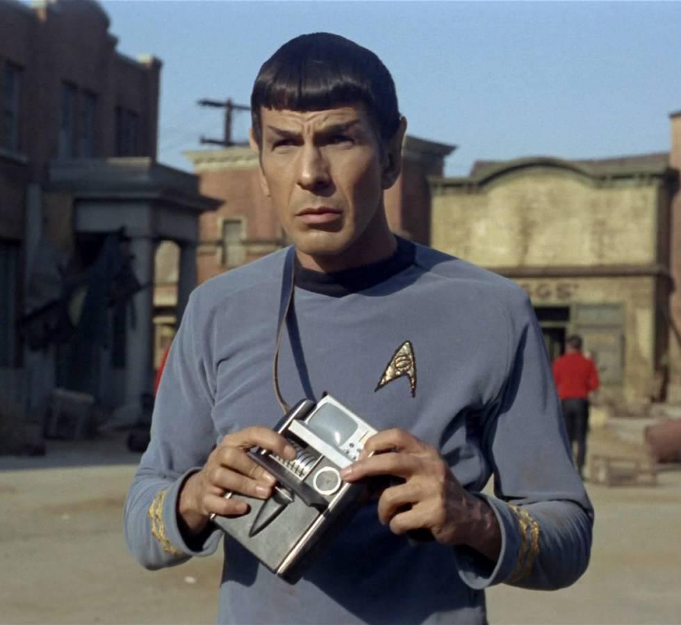 La saga Star Trek es tan importante para la ciencia que la NASA le dedica un apartado en su página web. En ella hablan de la relación de la Enterprise con la tecnología, sus aciertos y errores. Sus herramientas eran wearables antes de que se usase el término. Los comunicadores de la tripulación anticiparon la telefonía móvil. Los tricorders (lo que lleva Spock, Leonard Nimoy, en la imagen), permitían monitorizar la salud de personas, obtener datos y comunicarse (algo similar a un smartphone de los de ahora). De hecho Verily, una filial de Google, tiene un proyecto con ese nombre para registrar las constantes vitales gracias a nanotecnología y enviarlas a una pulsera inteligente. En Star Trek también tienen un traductor automático de idiomas, como el que ahora podemos usar en nuestro teléfono. El de Google no traduce klingon, pero este sí.