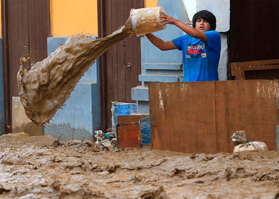 Un residente intenta sacar el aguad de una vivienda tras las inundaciones en Trujilo, Lima (Perú), el 18 de marzo de 2017.