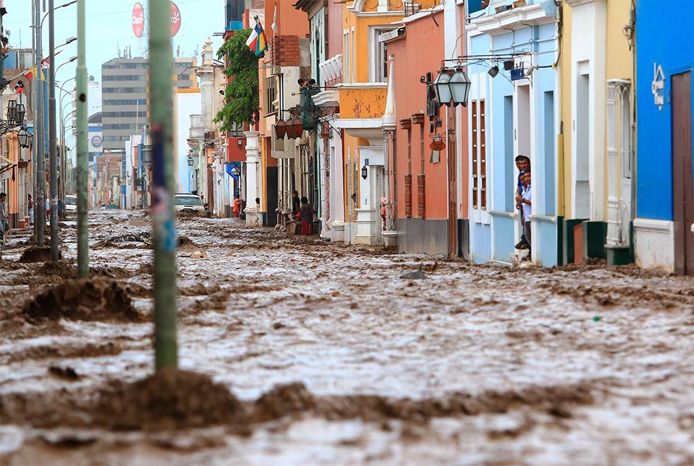 Algunos residentes no pueden salir de sus viviendas tras las fuertes lluvias caídas en Trujillo, en el estado de Lima (Perú), el 18 de marzo de 2017.