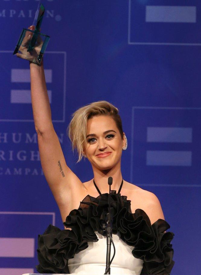 """""""Hice mucho más que besar a una chica"""", aseguró Katy Perry cuando recordó uno de sus éxitos de 2008. """"Hablo de mis verdades y pinto mis fantasías en estas pequeñas canciones pop de tamaño pequeño. Por ejemplo, 'I kissed a girl and I liked it'. Lo cierto es que hice mucho más que eso"""", señaló la cantante, de 32 años, en la pasada entrega del Premio Nacional de Igualdad en Los Ángeles."""