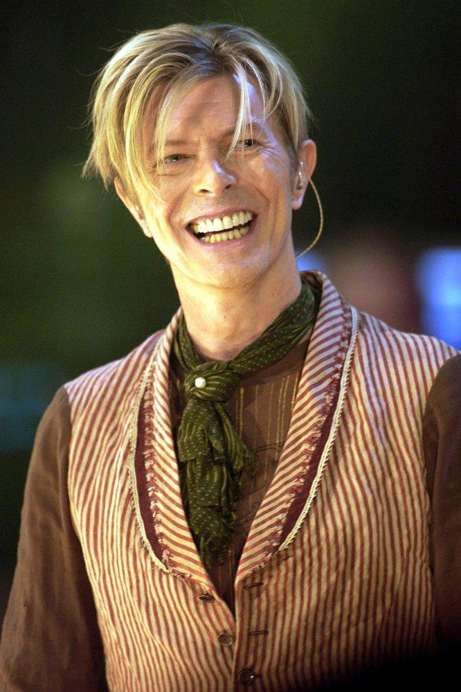 """David Bowie puso de moda el estilo andrógino antes de que los diseñadores lo llevaran a las pasarelas. Siempre fue un precursor, un adelantado a su época. En los setenta el músico se atrevió a hablar con la revista 'Playboy' que era bisexual. """"Es verdad, soy bisexual. No puedo negar que he utilizado mi sexualidad muy bien. Es lo mejor que me ha pasado. Es divertido"""", dijo a la publicación."""