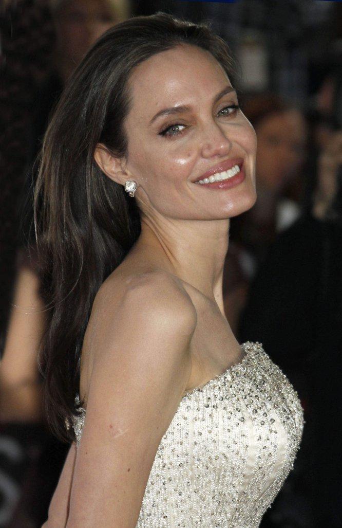 """Angelina Jolie nunca ha ocultado su bisexualidad. """"Amo a las mujeres y a los hombres de la misma forma. Veo a la gente como gente y al amor como amor, así que tiene sentido que una mujer sepa que la amaría tanto como a un hombre"""". En 2007, cuando aún era pareja de Brad Pitt, dijo a 'The Sun': """"Nunca he ocultado mi bisexualidad, pero desde que estoy con Brad no hay lugar para este tipo de relaciones en mi vida""""."""
