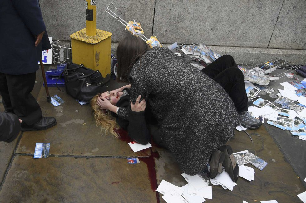 Una mujer herida después del ataque frente al Parlamento.