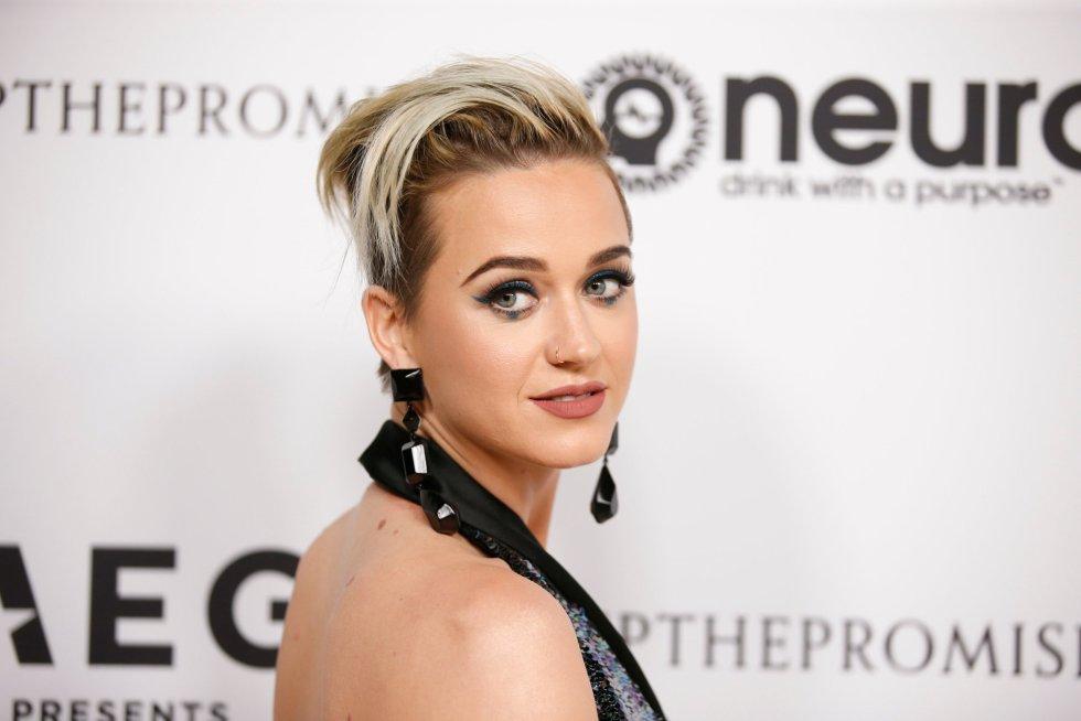 La cantante Katy Perry posa en la alfombra roja de la fiesta.