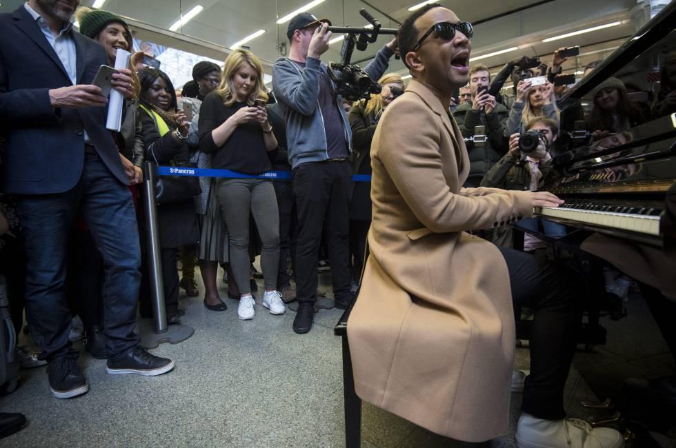 Vídeo: John Legend toca por sorpresa en la estación de St. Pancras