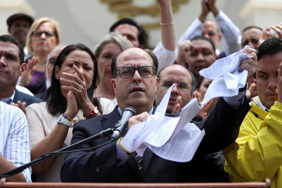 El presidente de la Asamblea Nacional venezolana, Julio Borges, rompe la sentencia del Tribunal Supremo de Justicia, durante una conferencia en Caracas.