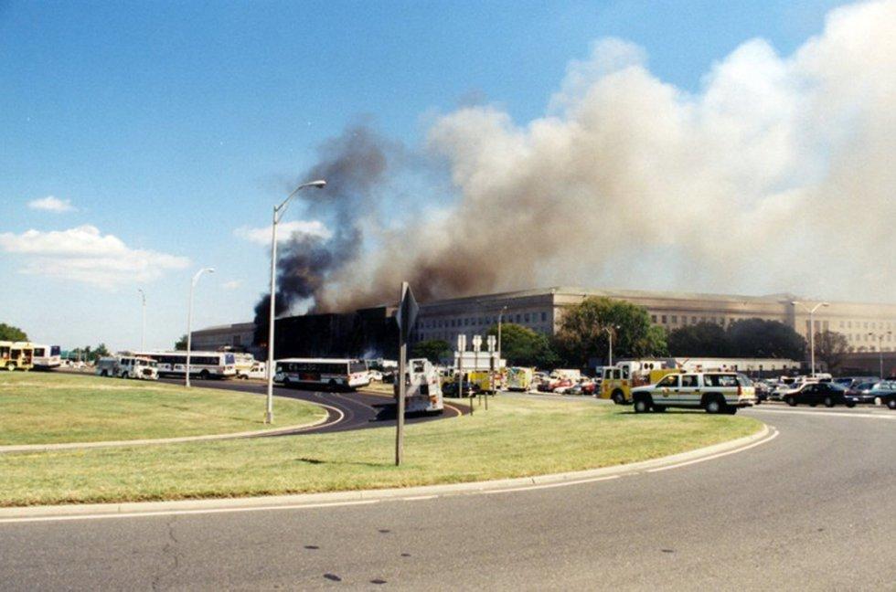 Una columna de humo sale de la fachada del Pentágono contra la que impactó el vuelo 77 de American Airlines tras ser secuestrado por cinco terroristas saudíes