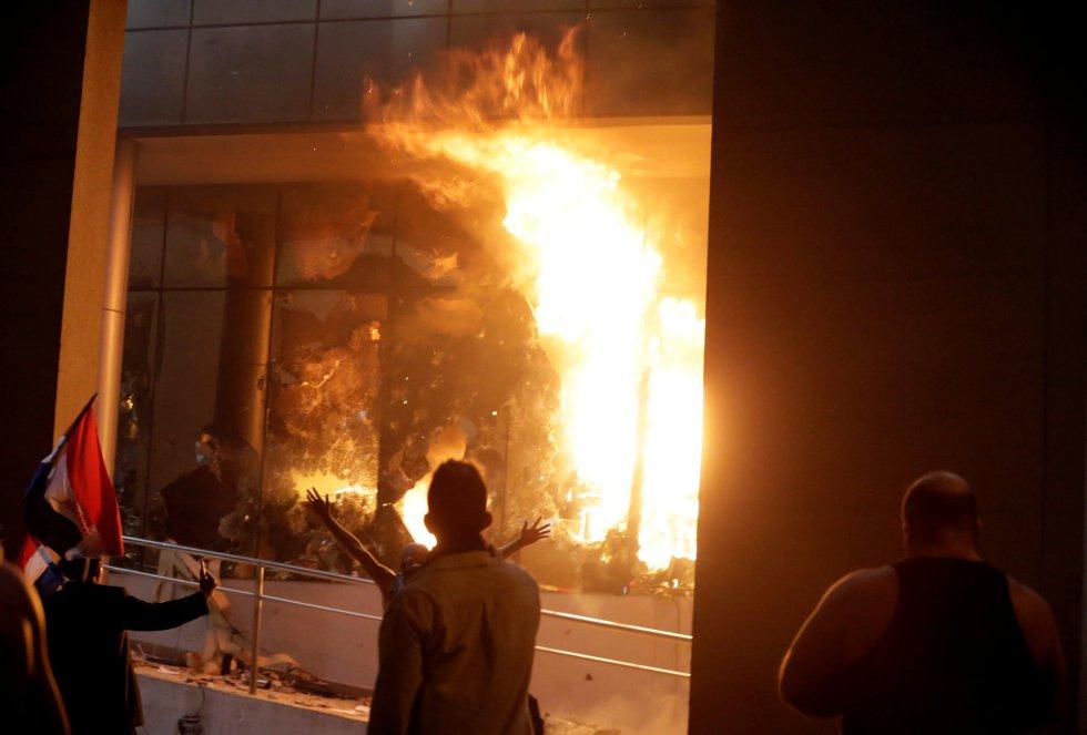 Un grupo de asaltantes, tras haber prendido fuego en el interior del Congreso paraguayo.