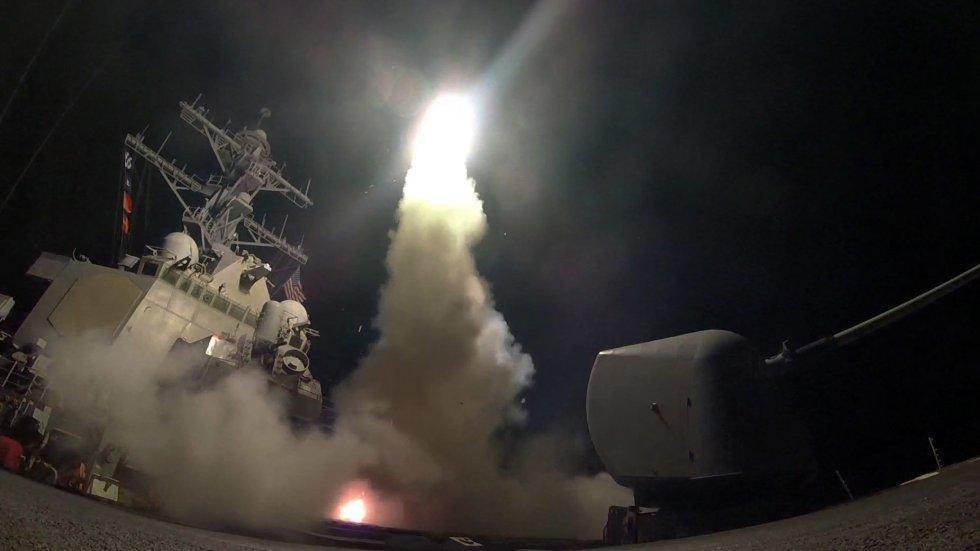 O destroier norte-americano USS Porter lança um míssil contra a Síria.