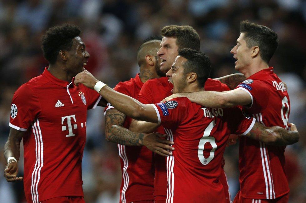 Los jugadores del Bayern celebran el gol en propia puerta del Real Madrid.
