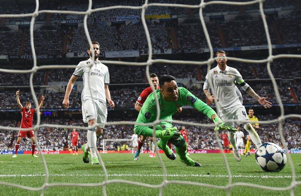 El portero del Real Madrid Keylor Navas observa como se mete el balón en propia puerta.