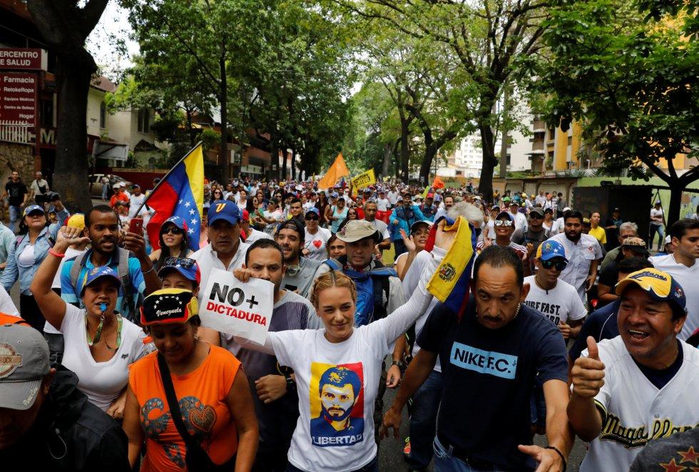 Lilian Tintori (centro), esposa del preso líder de la oposición Leopoldo López, durante la marcha contra el presidente Nicolás Maduro.