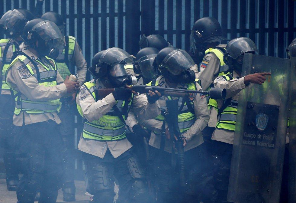 Policías antidisturbios en un momento de los enfrentamientos con manifestantes.