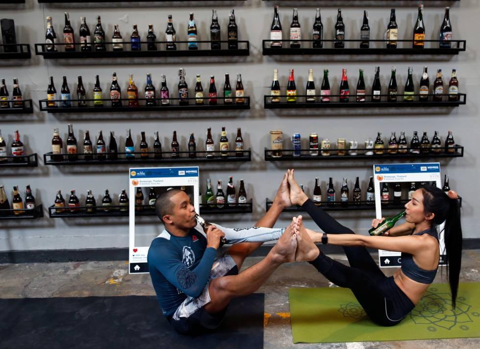 Los instructores de yoga tailandeses durante una clase de YogaBeer en Bangkok, Tailandia.