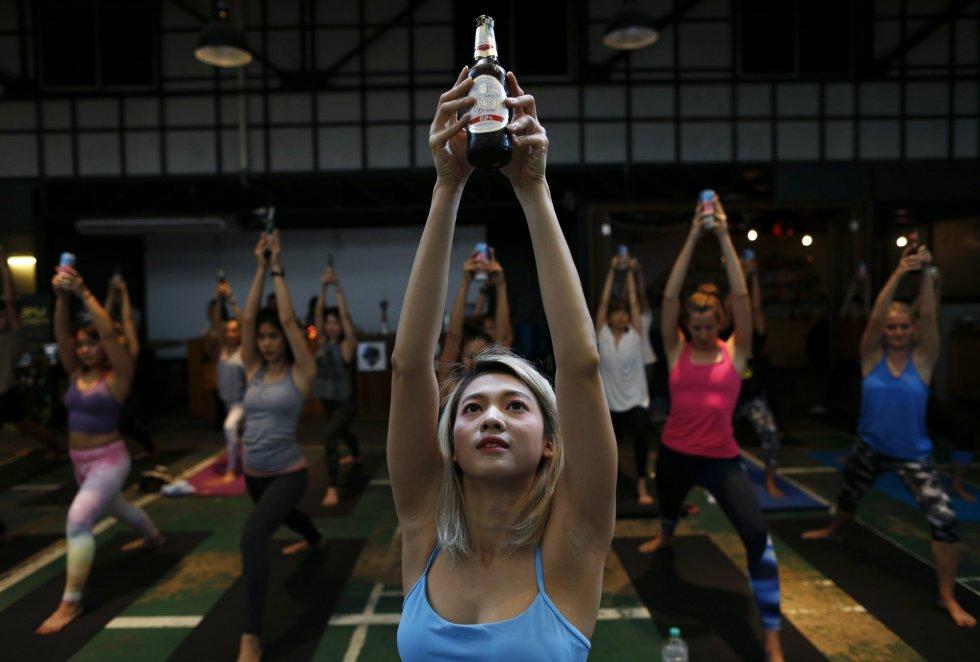 Practicantes de Yoga durante el evento celebrado en Bangkok.