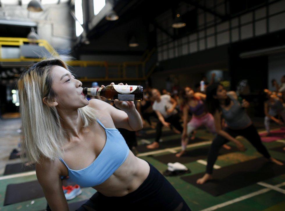 Esta moda de mezclar cerveza y fitness ha ganado un gran número de adeptos, pero también hay quienes la critican y aseguran que esto abarata una práctica espiritual legítima.
