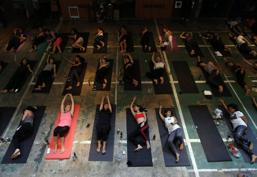 Al evento celebrado en Bangkok, Tailandia han acudido muchos practicantes de yoga.